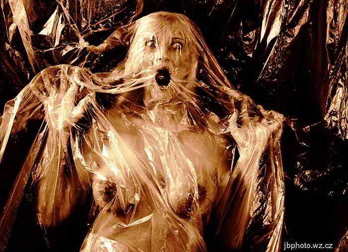 femeie in sac de plastic horror