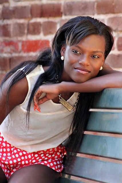 femeie neagra zambeste frumos