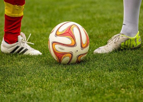 doua picioare si o minge despre fotbal
