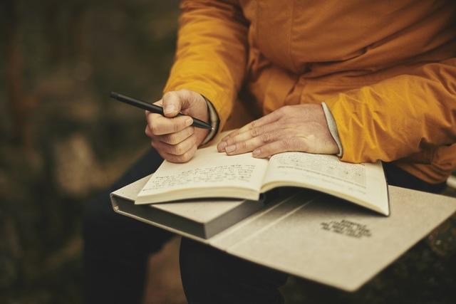 scris cu stiloul pe foaie in ploaie de ce scrii