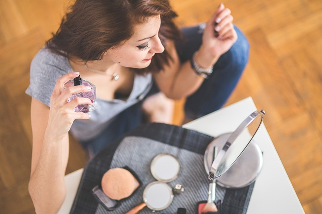 o fata isi da cu parfum sau cu diferenta dintre parfum si apa de toaleta
