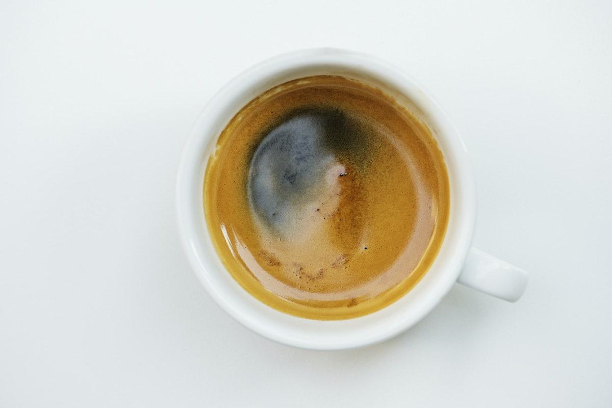 cana de cafea pe fundal alb vazuta de sus