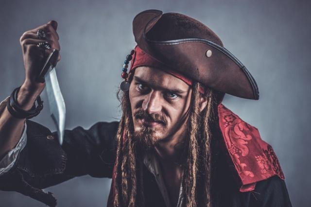 pirat cu un cutit in mana
