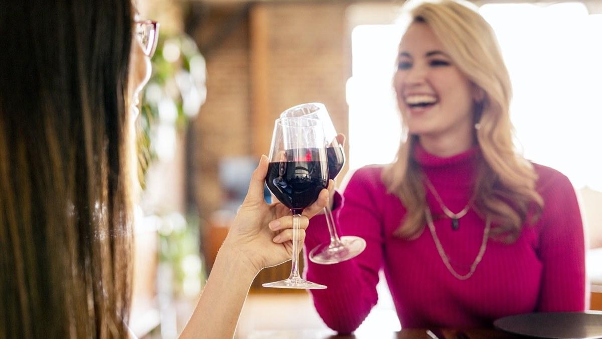 doua femei beau vin rosu