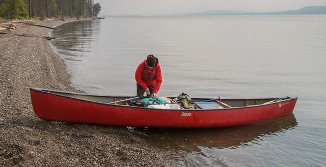 canoe rosie pe malul unui lac